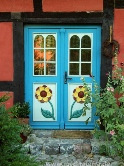 Landhaustür mit Sonnenblumen
