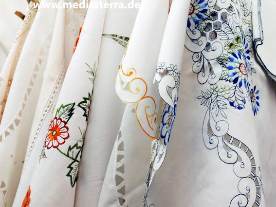 Tischdecken mit folkoristischen Stickereien