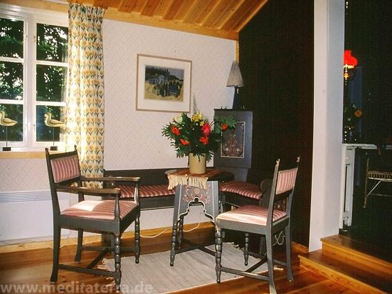 Wohnzimmer mit Tisch und zwei Stühlen