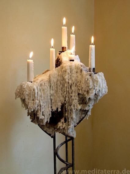 Kerzenständer mit Kerzenlicht und ganz viel Wachs