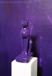 bastet skulptur violett von Kurt Ries gestaltet
