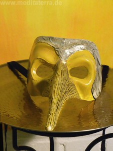 Maske in Gelb