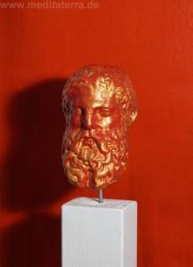 Zeus Skulptur - rot und gold bemalt - Kunstinstalltion
