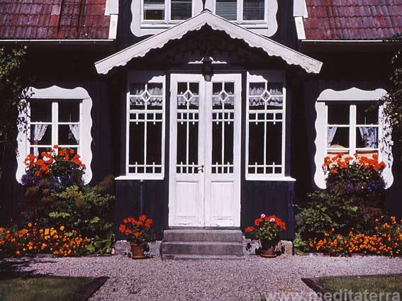 Eingangsveranda - schwarzes Schwedenhaus