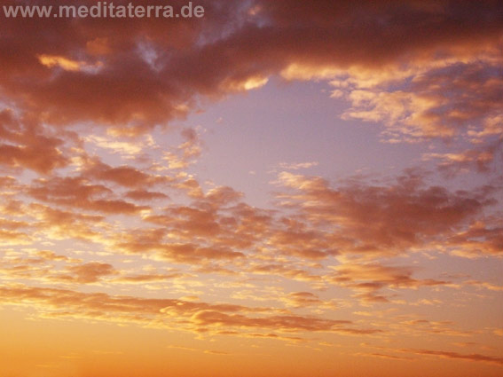 Rosa Wolken beim Sonnenaufgang