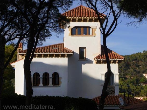 Villa im römischen Stil an den blauen Küstengestaden