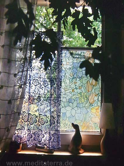 Fenster mit blauer Spitzengardine