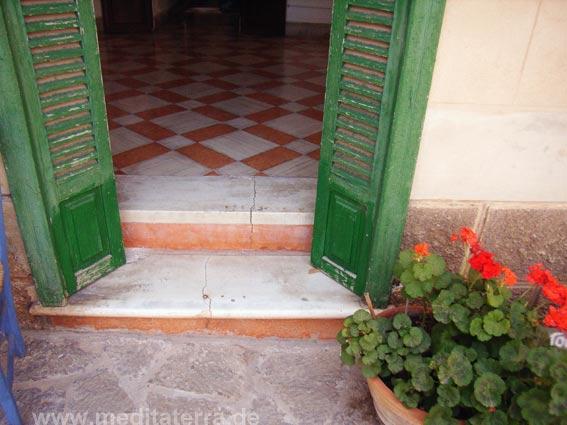 Flur mit Mosaikfliesen und grünen Fensterläden
