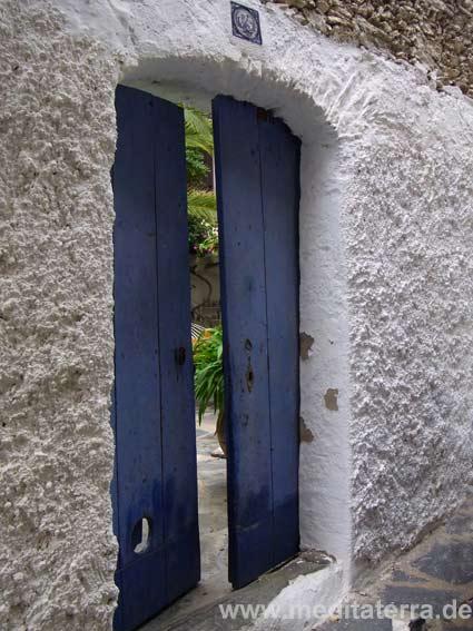 Hinter einer Mauer ein stiller Garten