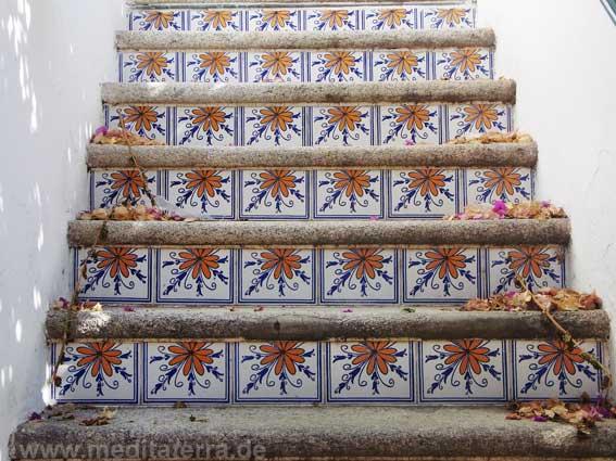 Farbenfreudige Treppe mit Keramikfliesen