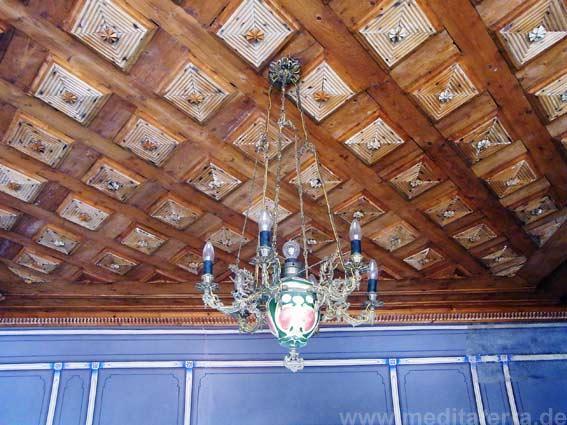 Landhausstil: Geschnitzte Holzdecke