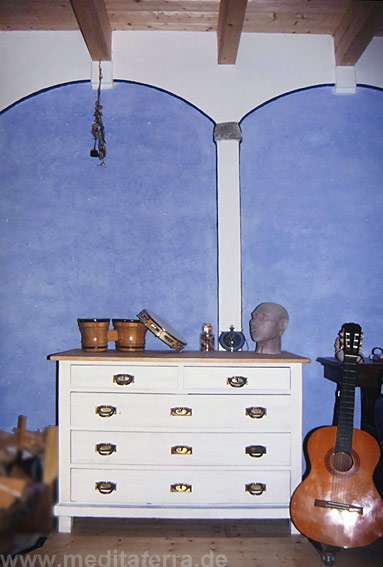 Landhausstil mit weißer Kommode und blauer Wand