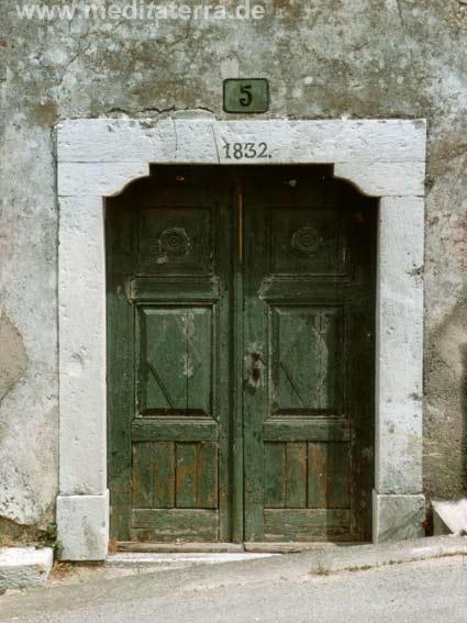 Tür in einem Dorf auf istrien
