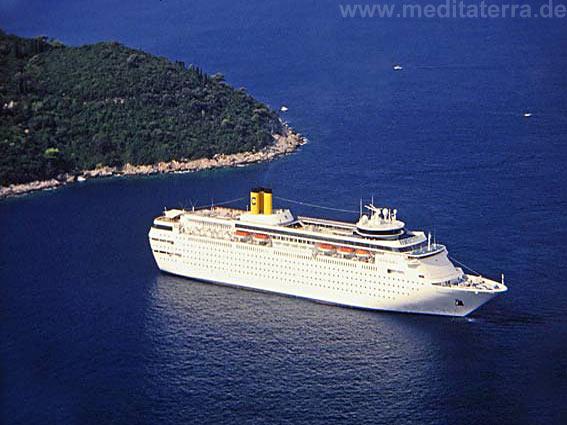 Weißes Kreuzfahrtschiff vor der Küste Dubrovniks