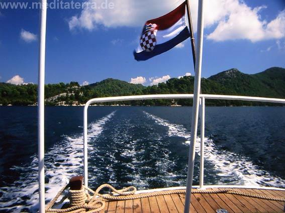 kroatische Flagge an Schnellboot mit Insel im Hintergrund