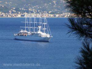 Kreuzfahrtschiff in der Bucht von St. Margarita, Blick vom Castello Brown