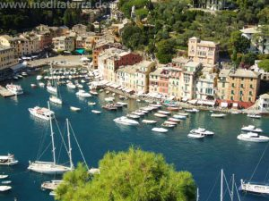 Ausblick vom Schloss auf das farbenfrohe Hafenrund Portofinos