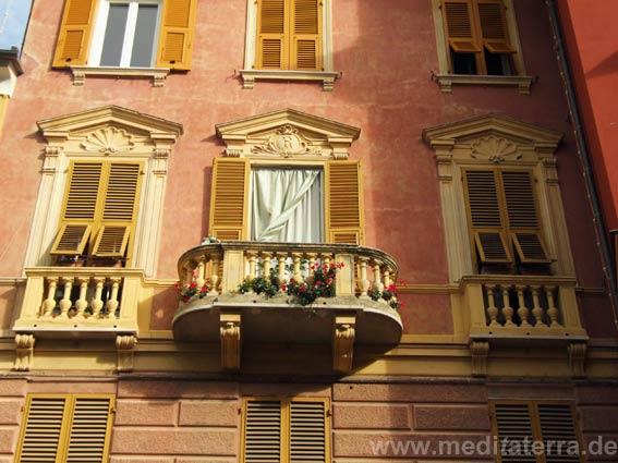Balkon an schöner Fassade in Sestri Levante