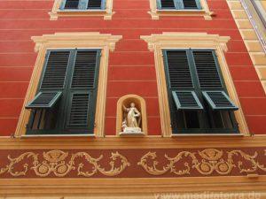 Kunstvoll bemalte Fassaden in der Altstadt von Sestri Levante