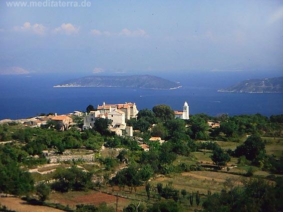 Malerisches Inseldörfchen auf Cres mit Ausblick auf die Adria