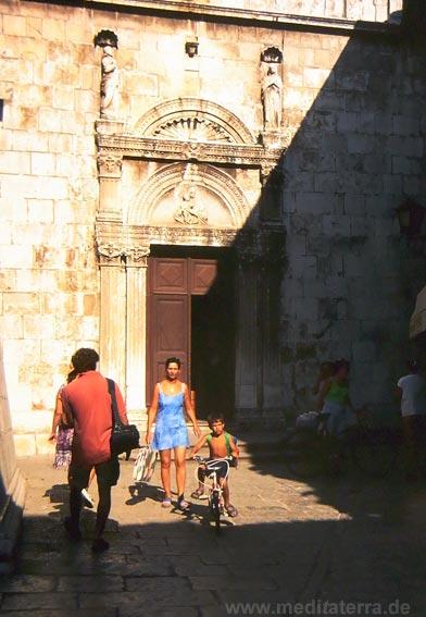 Eingang zur Kirche im hübschen Inselhauptstädtchen