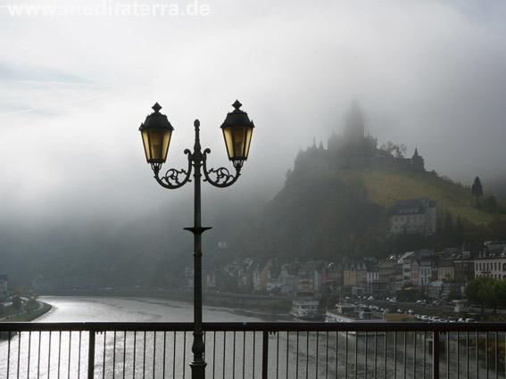 Die Reichsburg in Cochem im nebligen Lichtschein