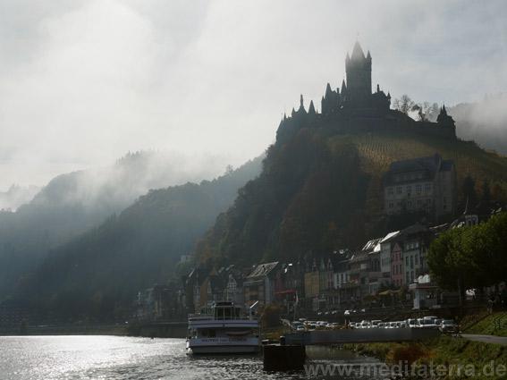 Im Turner-Licht: Langsam tritt die Burg aus dem Nebel hervor.