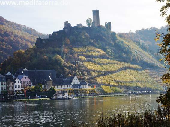 Burg Mechernich in Beilstein an der Mosel im goldenen Herbst