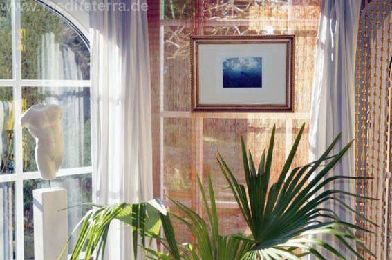 Kleinformatige Bilder im Wohnraum präsentieren