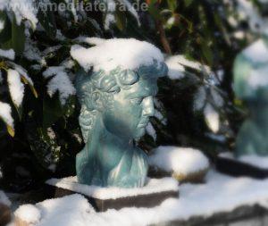 """Klassische Skulptur """"David"""" im Kunstretreat-Garten"""