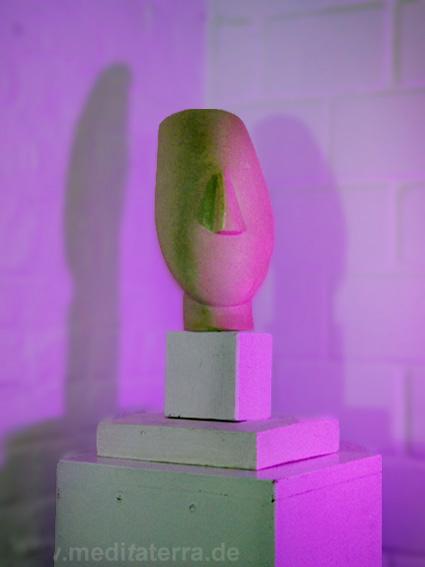 Archaische Skulptur in der Ausstellung in Köln