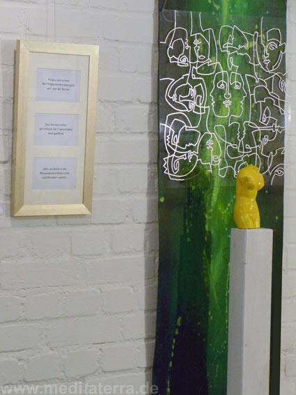 Kunstinstallation: Kleinformatige Kunstbilder, kombiniert mit Skulpturen, Lyrik und entspannender Musik