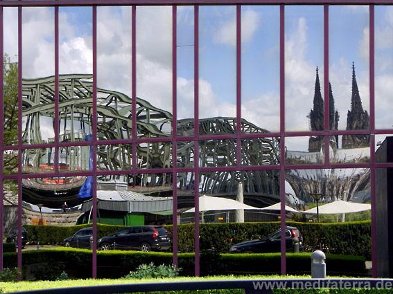 Köln Deutz - Spiegelbild in der Glasfassade eines Hotels am Rhein