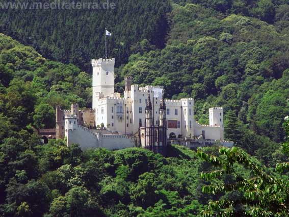 Rheinromantik pur: Schloss Stolzenfels hinter Koblenz