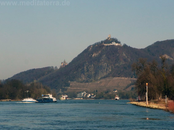 Aus dieser Perspektive malte William Turner den Drachenfels